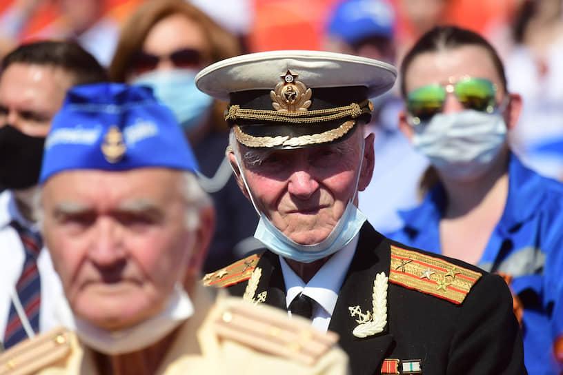 Ветераны на зрительских трибунах во время парада.