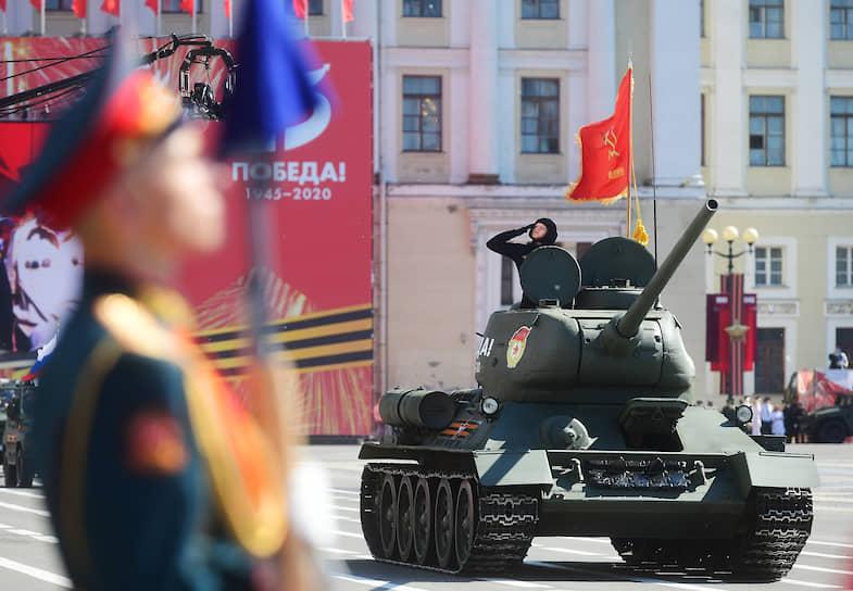 Военный парад, посвященный 75-й годовщине Победы в Великой Отечественной войне на Дворцовой площади. Танк Т-34 во время парада.