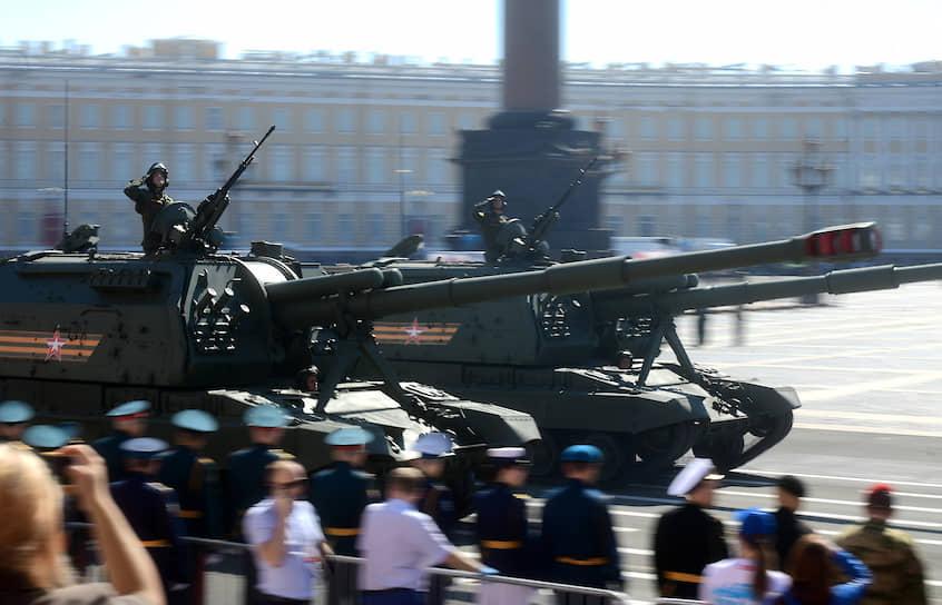 Военный парад, посвященный 75-й годовщине Победы в Великой Отечественной войне на Дворцовой площади. Танки во время парада.