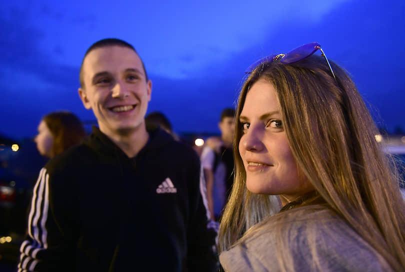 Молодые люди во время прогулки по Адмиралтейской набережной
