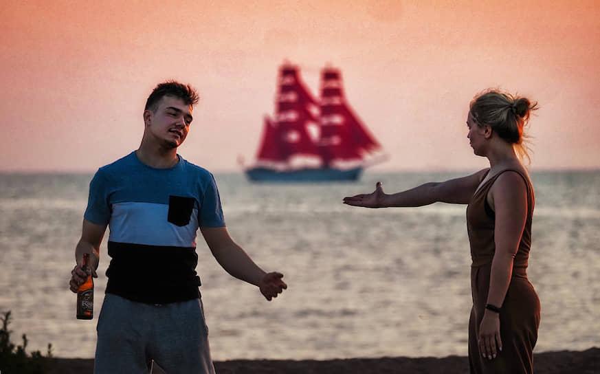 """Молодые люди на берегу Финского залива во время репетиции праздника выпускников """"Алые паруса"""""""