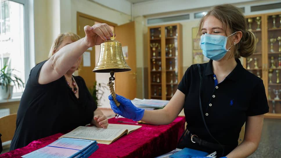 Вручение аттестатов о среднем образовании в гимназии №248 Кировского района