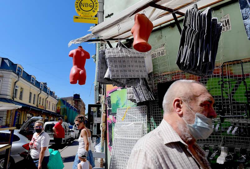 "Покупатели на рынке ""Апраксин двор"" после снятия запрета на торговлю"
