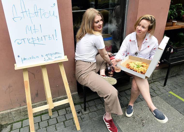 Девушки заказали еду на вынос в грузинском ресторане во время ограничений на работу ресторанов в связи с пандемией коронавируса COVID-19