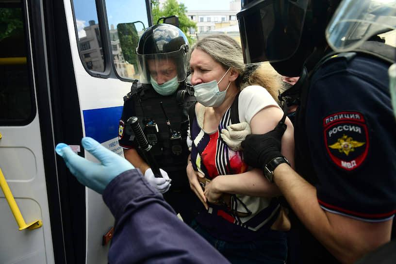 Задержания сотрудниками полиции активистов протестующих возле Первого Западного окружного военного суда против приговора Юлию Бояршинову и Виктору Филинкову