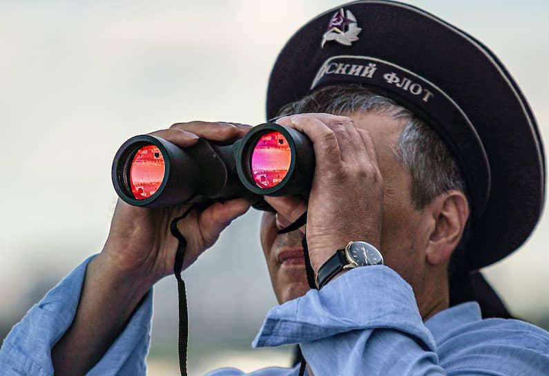 Зритель на набережной реки Невы во время парада в честь Дня ВМФ