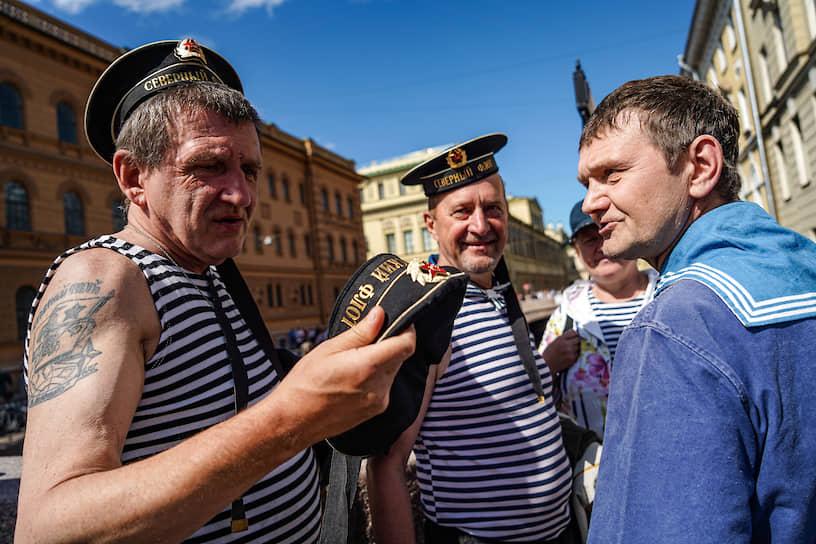 Главный военно-морской парад в честь Дня Военно-морского Флота (ВМФ) России. Бывшие военнослужащие ВМФ на улице города