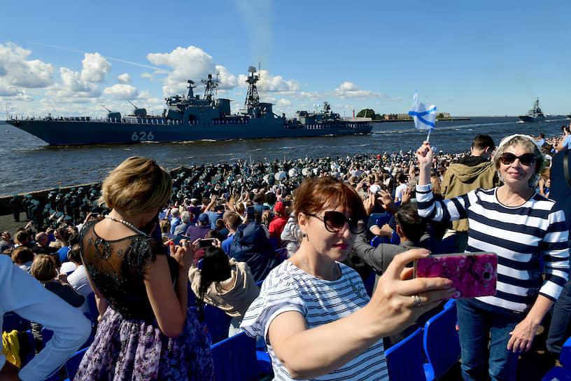 Главный военно-морской парад в честь Дня Военно-морского Флота (ВМФ) России. Проход кораблей в акватории Финского залива во время парада в Кронштадте