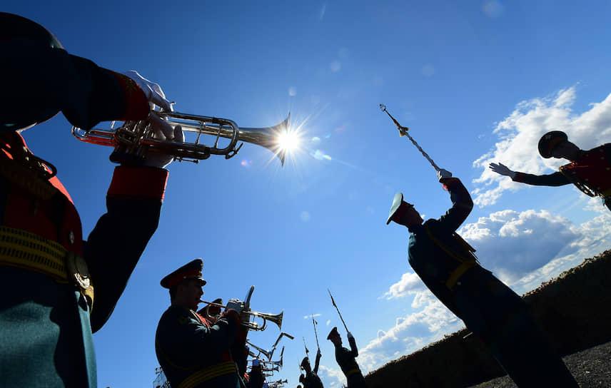 Музыканты военного оркестра во время парада в честь Дня ВМФ в Кронштадте
