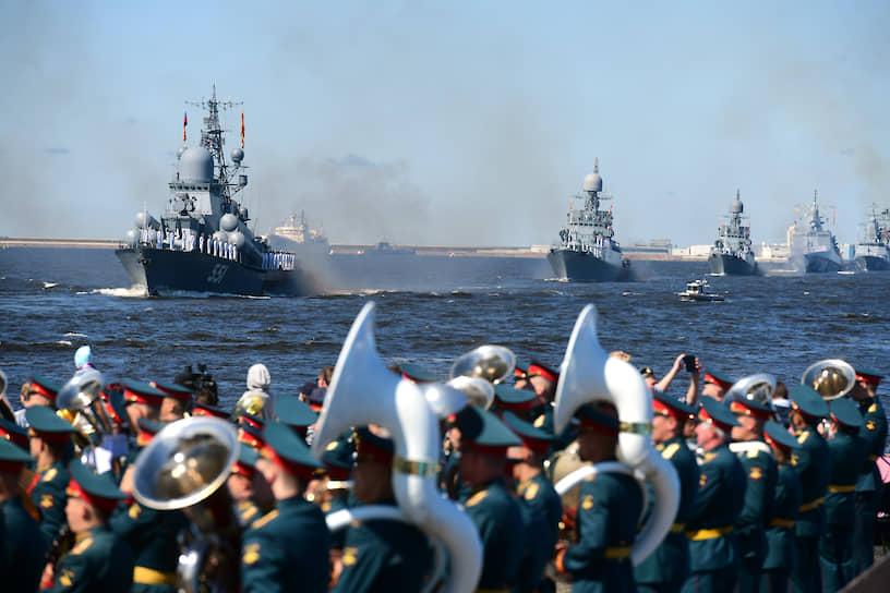 Главный военно-морской парад в честь Дня Военно-морского Флота (ВМФ) России. Проход кораблей в акватории Финского залива возле Кронштадта