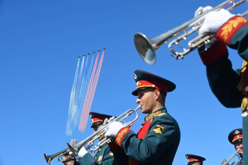 Главный военно-морской парад в честь Дня Военно-морского Флота (ВМФ) России. Истребители Су-25 во время парада