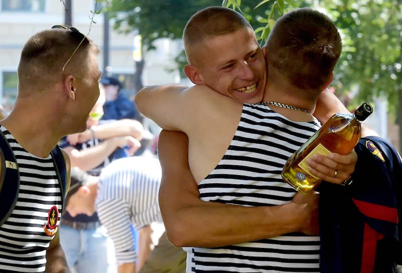 Служившие в ВМФ во время празднования Дня ВМФ в центре города