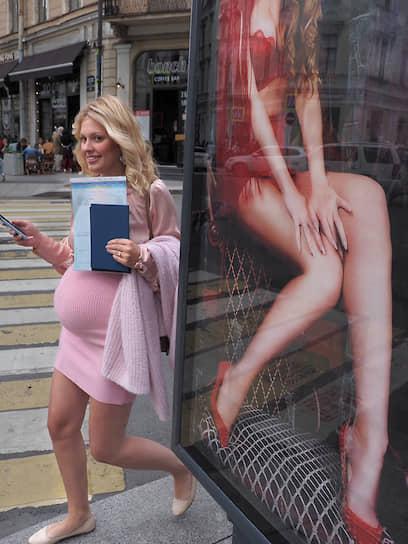 Девушка в центре города