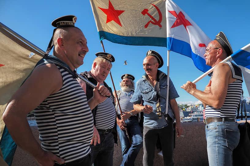 Люди на набережной во время празднования Дня ВМФ