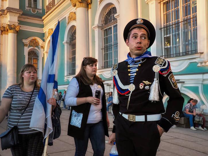 Мужчина в форме ВМФ в центре города в День ВМФ