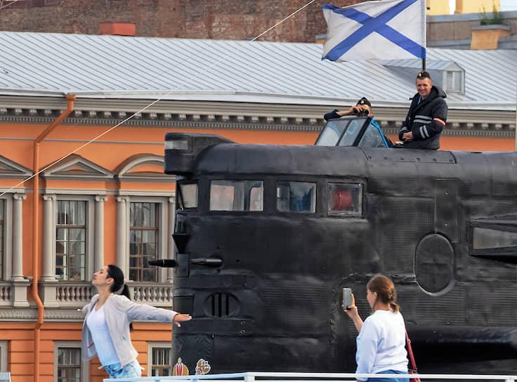 Военные моряки наблюдают за туристами на речном тамвае, с рубки подводной лодки