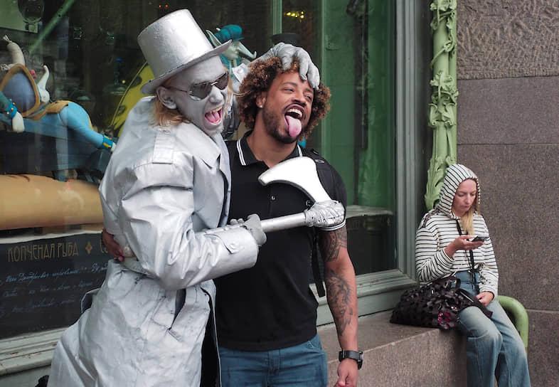 Уличные актеры развлекают туристов в центре города