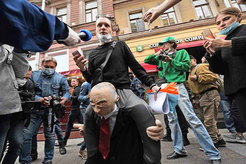 Активист во время сбора подписей под требованием отменить результаты общероссийского голосования по поправке в Конституцию России