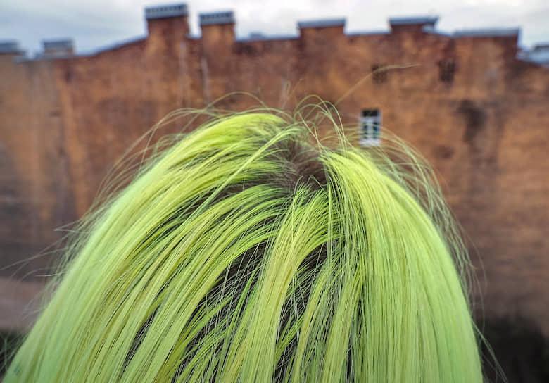 Девушка с крашенными желтыми волосами