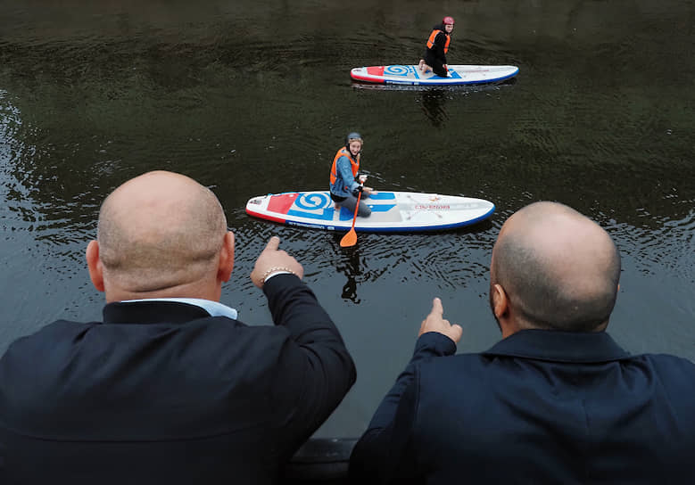 Занятия сапсерфингом на реке Мойке