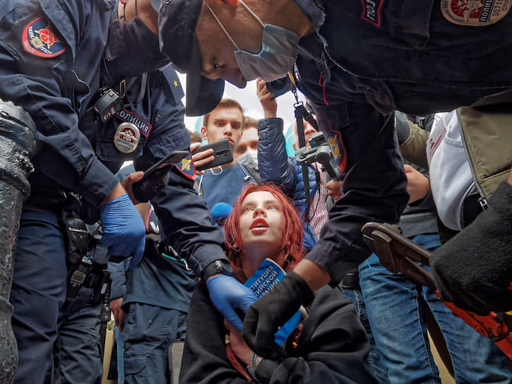 Активистка приковала себя наручниками к ограде в знак протеста против политики Кремля перед началом акции солидарности с протестующими в Хабаровске на Малой Садовой улице