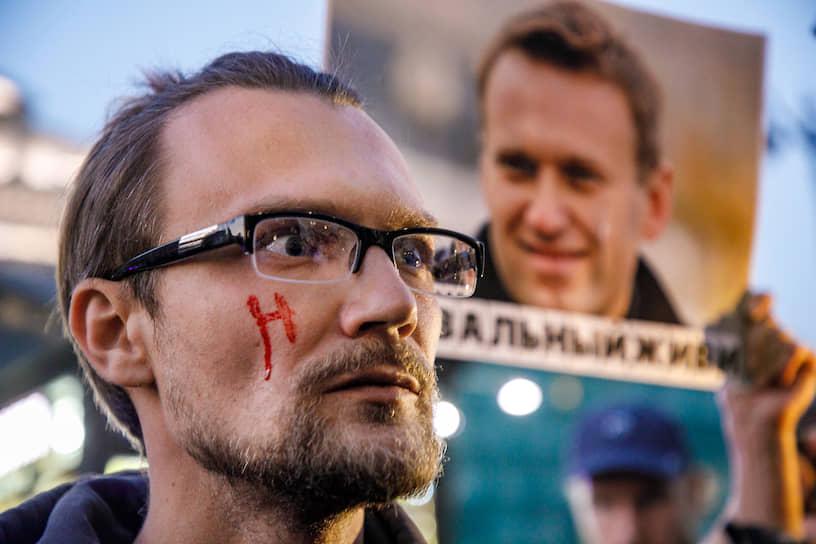 Пикеты в поддержку политика Алексея Навального у Гостиного двора