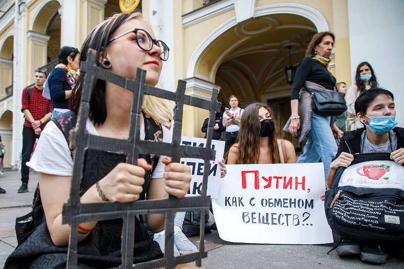Пикеты у Гостиного двора в поддержку протестующих больше месяца хабаровчан и защитников башкирского шихана, а также против насилия силовиков в Беларуси и за расследование истории с отравлением оппозиционного политика Алексея Навального