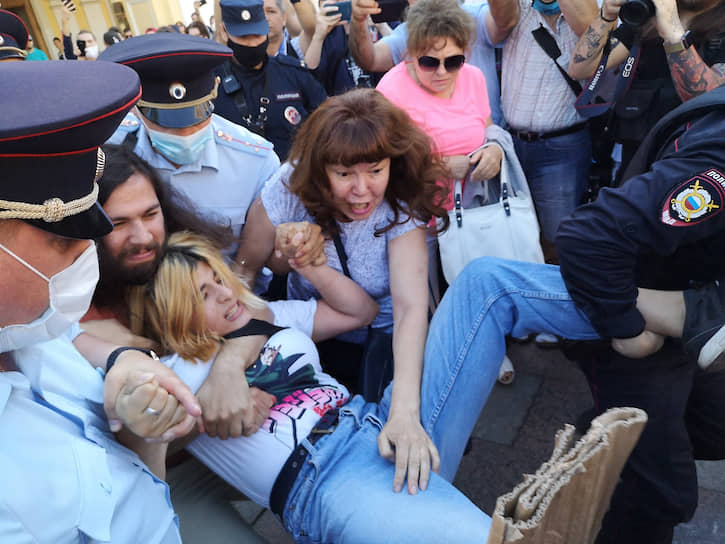 Акция возле Гостиного двора в поддержку протестов в Хабаровске