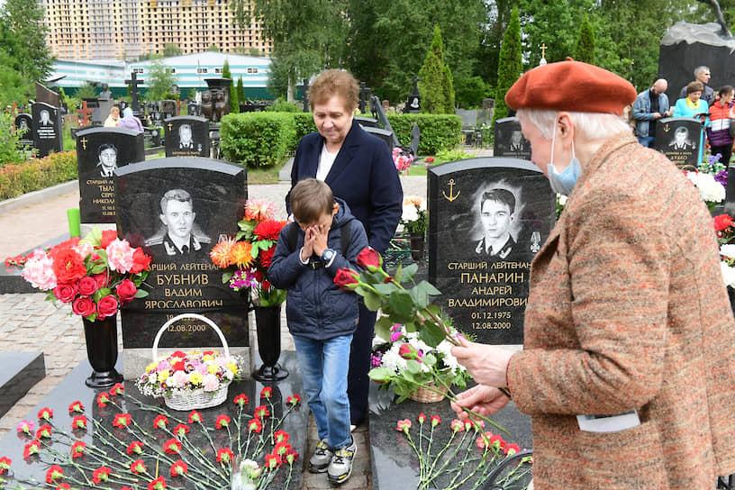 """Церемония памяти по погибшим двадцать лет назад морякам атомной подводной лодки """"Курск"""" на Серафимовском кладбище"""
