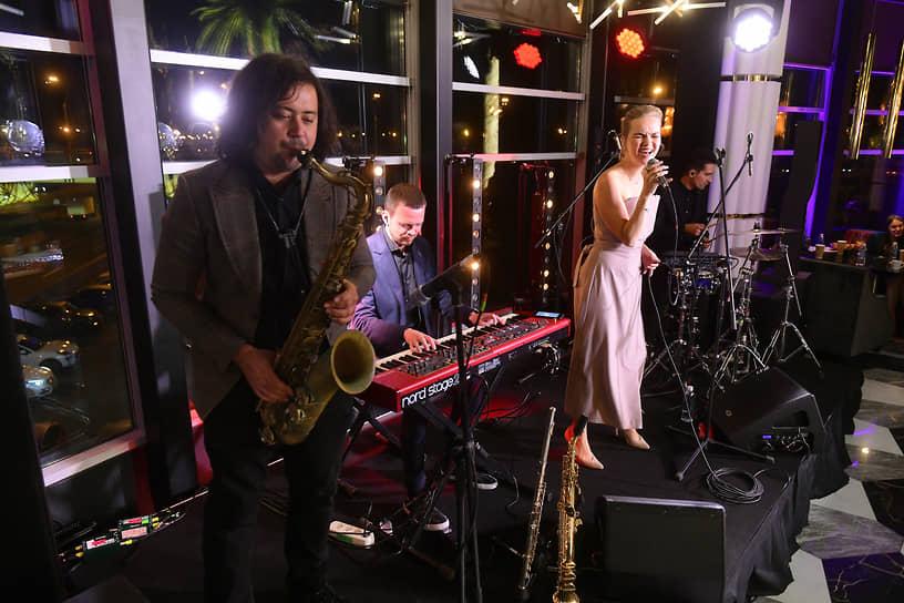 Музыкальные гости мероприятия — Саша Алмазова и группа Non Cadenza