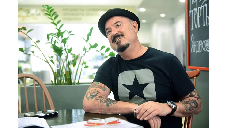 Музыкант и актер Максим Леонидов во время интервью