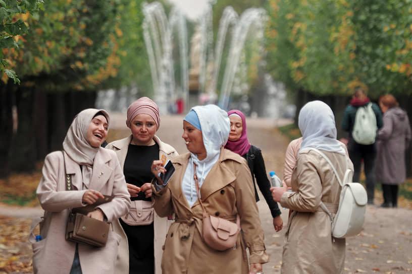 Гуляющие в Нижнем парке Петергофа
