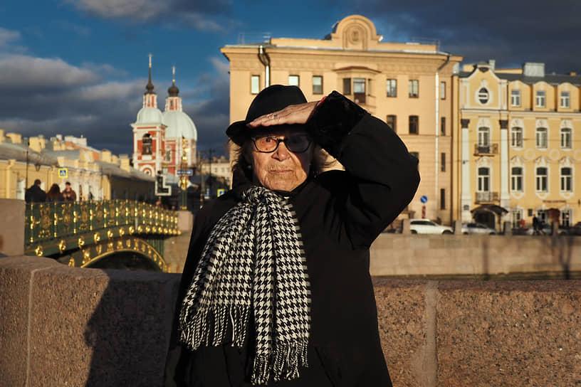Пожилой человек смотрит, прикрываясь рукой от света низкого вечернего солнца