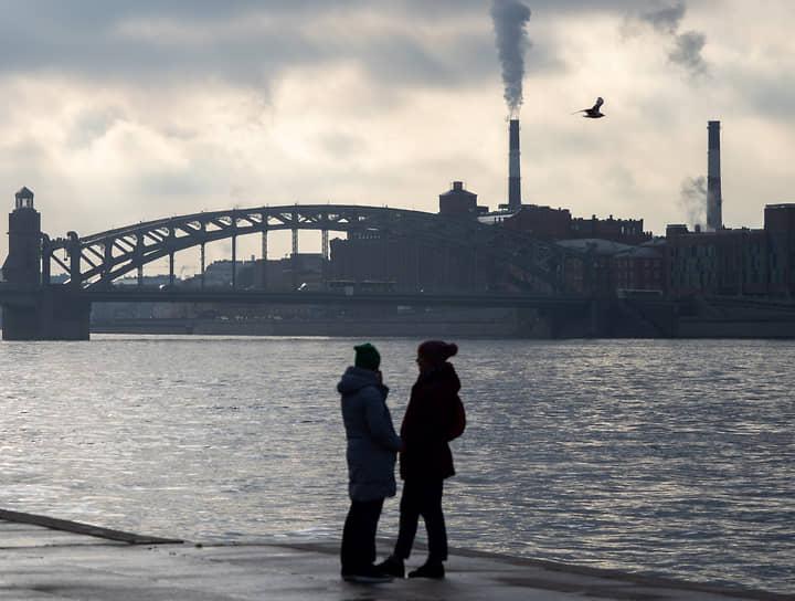 Гуляющие на Малоохтинской набережной