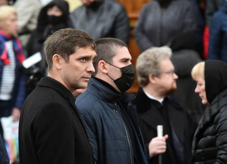 """Сын Александра Петрова, пилот """"Формулы-1"""" Виталий Петров (слева) после церемонии отпевания отца, убитого 24 октября возле своего дома под Выборгом"""