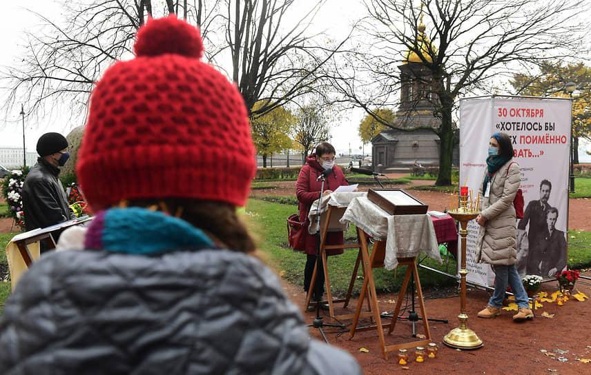 Акция памяти жертв политических репрессий у Соловецкого камня на Троицкой площади Петроградской стороны