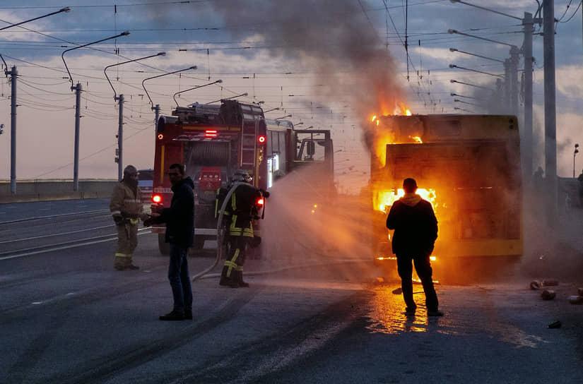 Возгорание автобуса на мосту Александра Невского. Сотрудники пожарных расчетов во время ликвидации возгорания