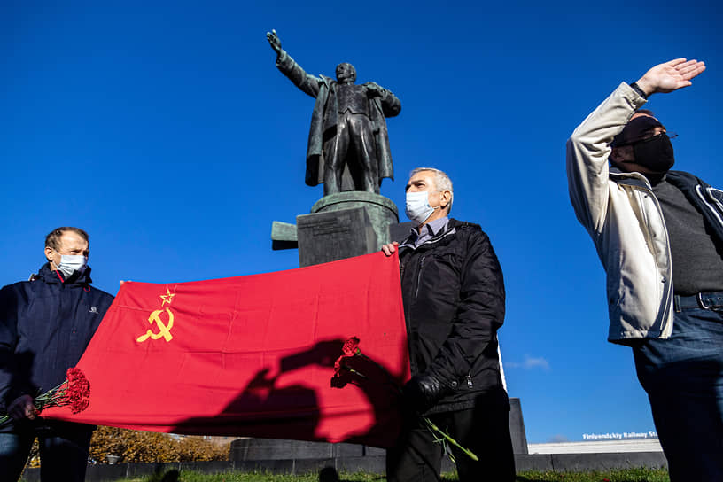 Сторонники коммунистической идеологии празднуют 103 годовщину Октябрьской революции на площади Ленина