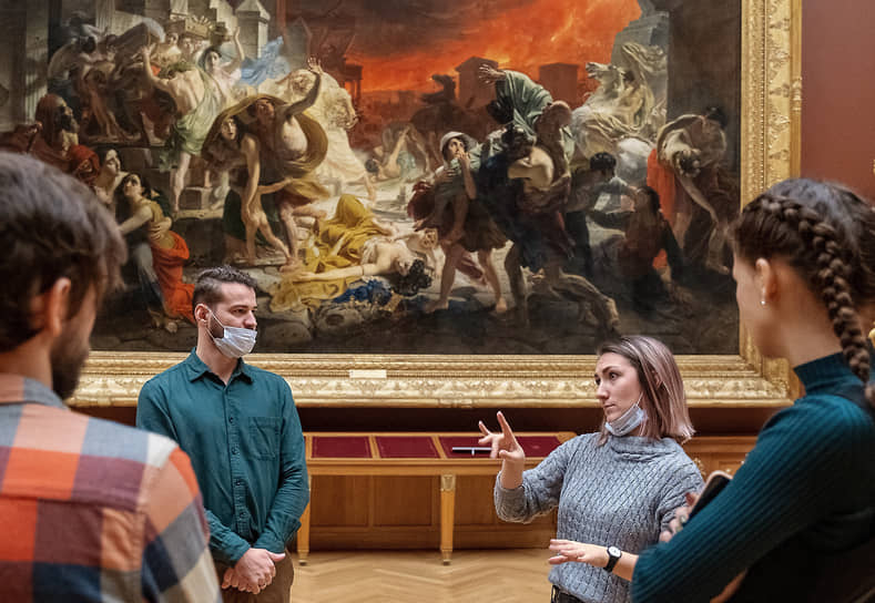 Посетители с нарушениями слуховой сенсорной системы во время посещения Русского музея