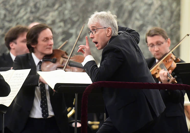 Дирижер Джованни Антонини во время выступления с оркестром Musicaeterna в Государственной Академической Капелле