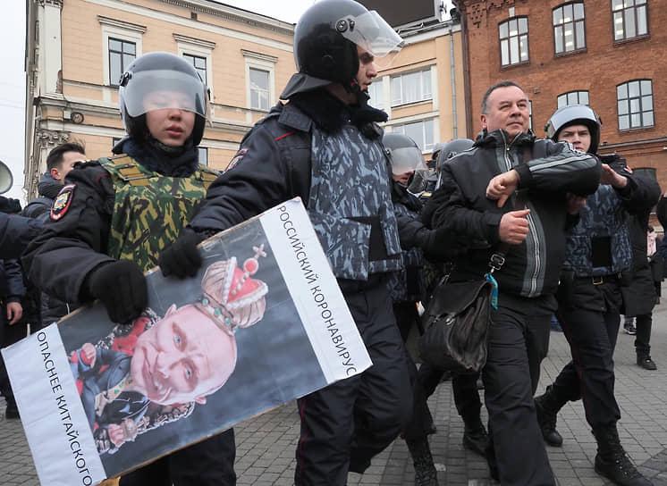"""Акция """"В защиту конституционного строя Российской Федерации"""" прошла на площади Восстания. Сотрудники полиции во время задержания участников акции"""