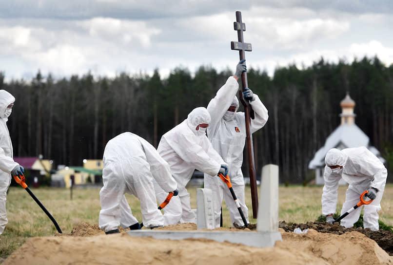 Похороны погибшей от COVID-19 женщины на специальном участке Нового Колпинского кладбища