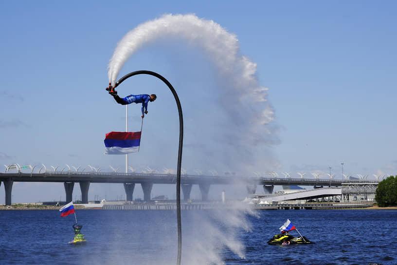Представители сборной России по гидрофлаю во время показательного выступления