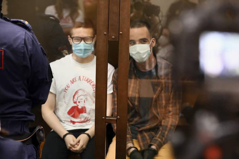 """Обвиняемые Юлий Бояршинов (справа) и Виктор Филинков (слева) во время оглашения приговора по делу """"Сети"""""""