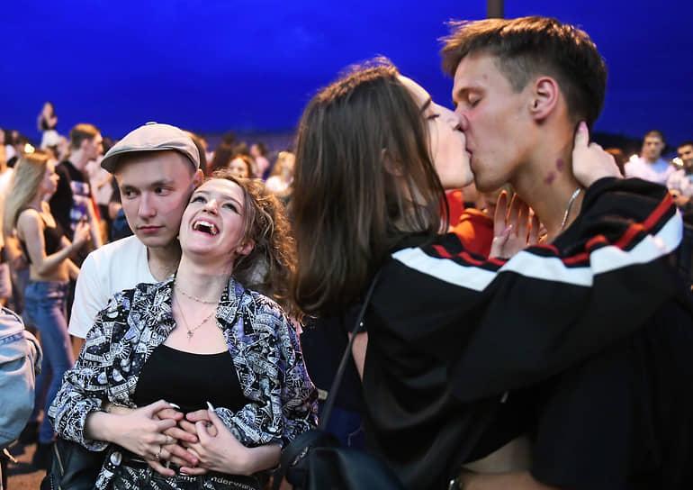 Молодые люди во время импровизированной дискотеки на Английской набережной