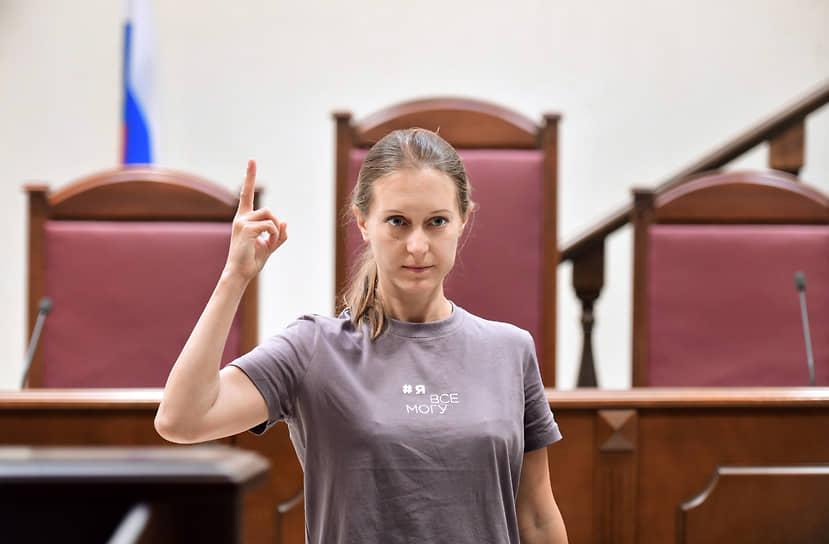 Журналистка Светлана Прокопьева перед началом очередного судебного заседания по делу об оправдании терроризма из-за текста о теракте в архангельском УФСБ