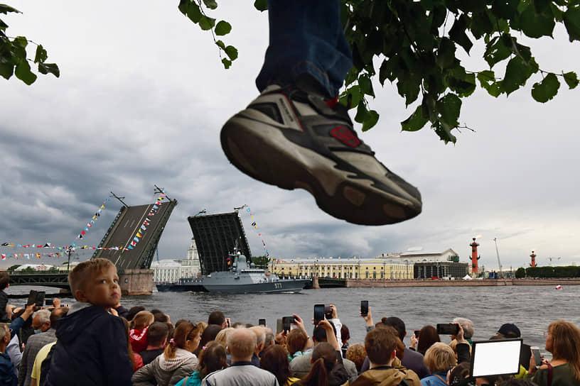 Зрители на Дворцовой набережной наблюдают за прохождением военных кораблей  во время репетиции парада в честь Дня Военно-морского флота