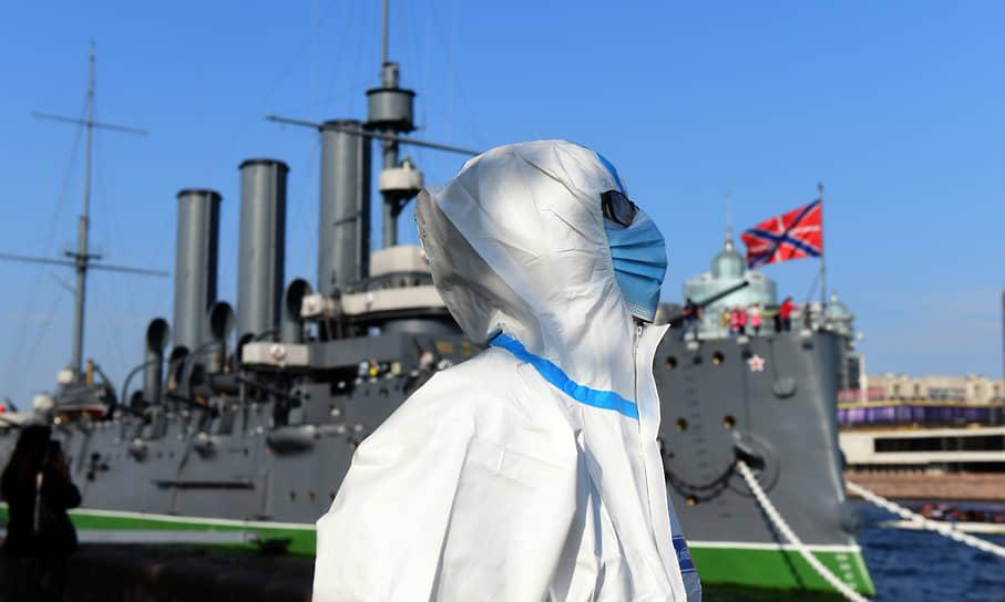 """Арт-пикет возле крейсера """"Аврора"""" в поддержку медиков работавших во время пандемии COVID-19"""