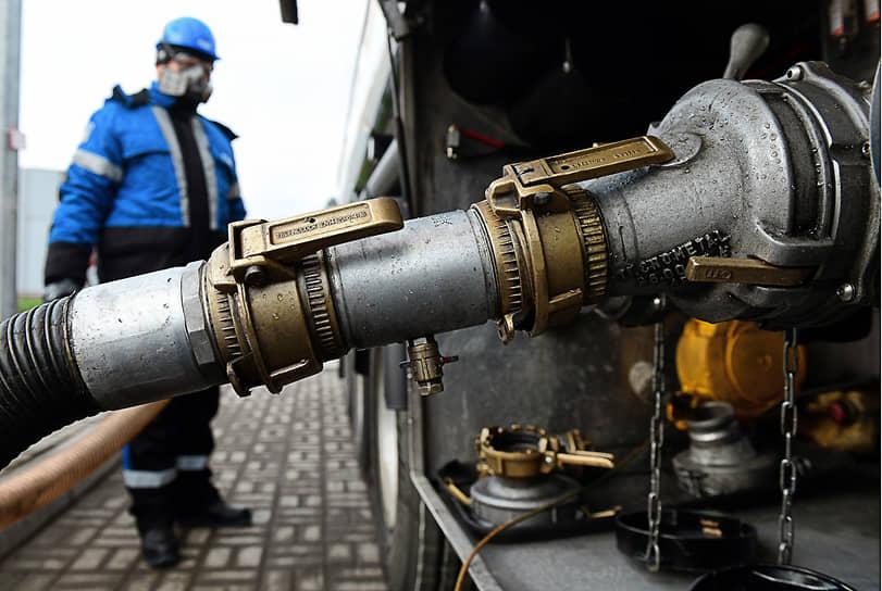 Слив нефтепродуктов из автоцистерны на площадке приемки топлива