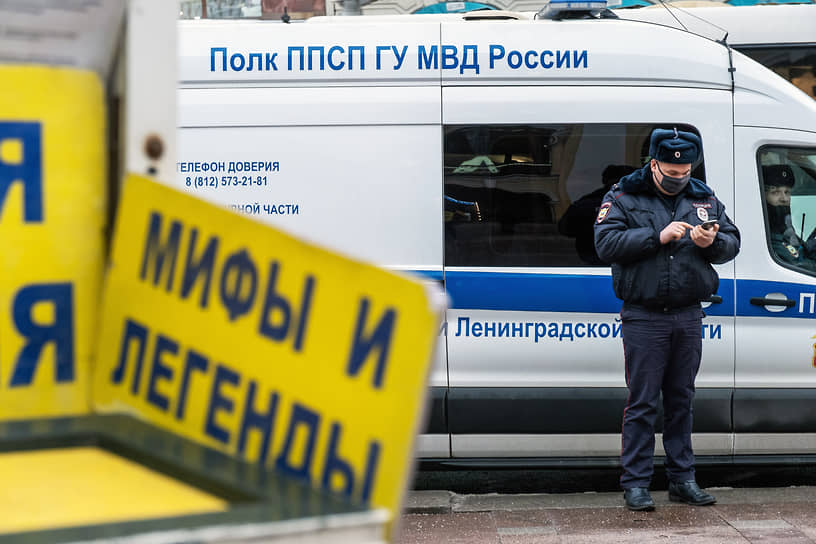 Сотрудники полиции на Невском проспекте в ожидании несогласованной протестной акции
